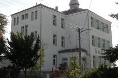Budova školy a okolí